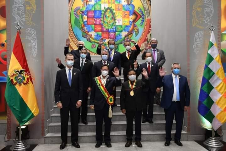Foto oficial con las personalidades foráneas que asistieron a la toma de posesión de Luis Arce en Bolivia. foto: Twitter